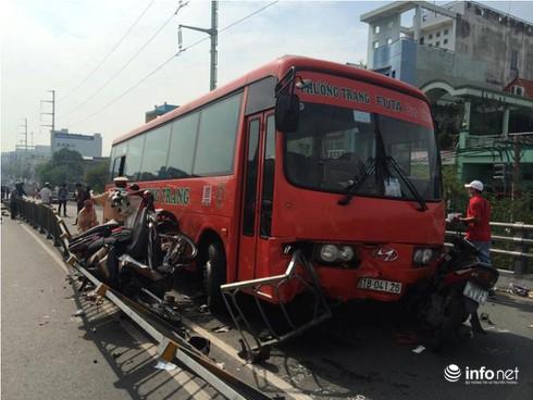 Ô tô chở khách tông hàng loạt xe máy tại TP.HCM, ít nhất 6 người bị thương - ảnh 4