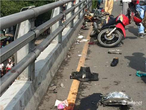 Ô tô chở khách tông hàng loạt xe máy tại TP.HCM, ít nhất 6 người bị thương - ảnh 3