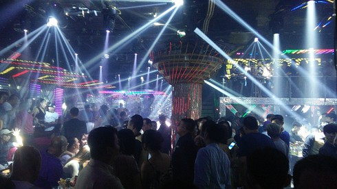 Hàng trăm dân chơi nhảy nhót quá giờ, khói shisha đặc quánh trong quán bar - ảnh 1