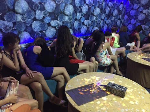 Hàng trăm dân chơi nhảy nhót quá giờ, khói shisha đặc quánh trong quán bar - ảnh 2