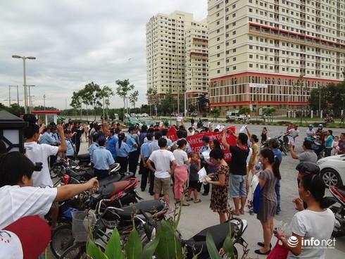 TP.HCM: Cư dân The Era Town tiếp tục tụ tập phản đối chủ đầu tư - ảnh 2