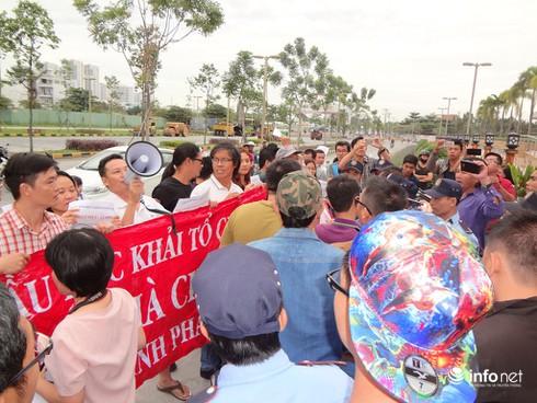 TP.HCM: Cư dân The Era Town tiếp tục tụ tập phản đối chủ đầu tư - ảnh 1