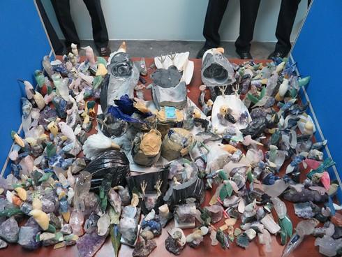Chiêu cất giấu 2kg Cocain trong tượng chim đại bàng bằng đá - ảnh 1