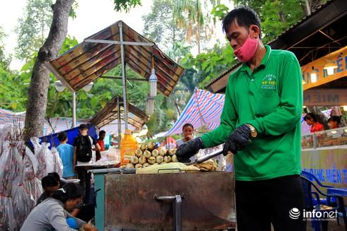 Du khách nước ngoài ngẩn ngơ trước rừng hoa bán Tết ở TP.HCM - ảnh 22