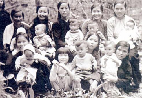 Bác sĩ Nguyễn Quốc Khánh: Lấy xuồng ba lá làm bàn mổ - ảnh 1