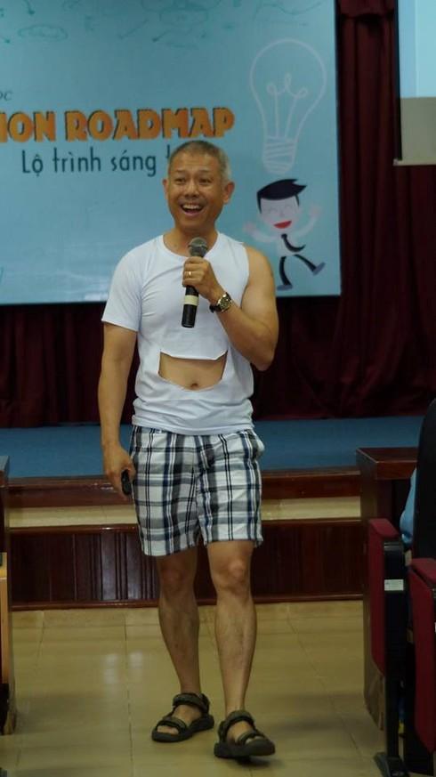 ĐH Hoa Sen phản hồi về việc giáo sư mặc quần đùi giảng bài - ảnh 1