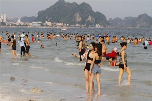 Du khách tấp nập đổ về bãi tắm Hạ Long - ảnh 6
