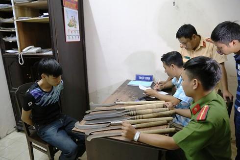Huế: Nhóm thanh niên xăm trổ mang 8 dao rựa đi giải quyết mâu thuẫn - ảnh 1