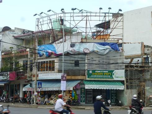 Đà Nẵng: Yêu cầu khắc phục nhanh bảng quảng cáo te tua do bão - ảnh 1