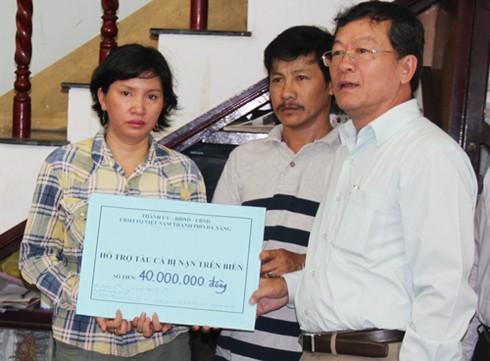Đà Nẵng: Đang lai dắt tàu cá bị tàu Trung Quốc đâm chìm vào bờ! - ảnh 1