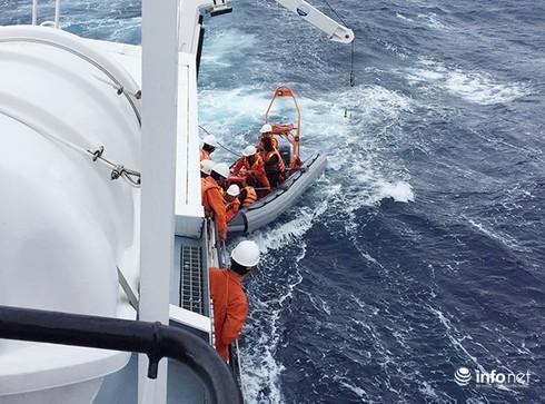 Tàu SAR 412 vượt biển động, ra Hoàng Sa cứu ngư dân - ảnh 1