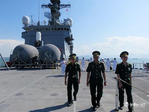 Vận thang độc đáo trên tàu đổ bộ JSDS Shimokita (LST-4002) của Hải quân Nhật Bản - ảnh 6