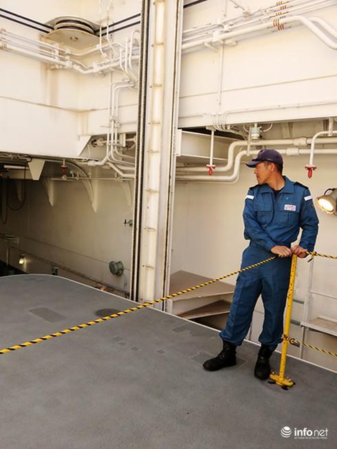 Vận thang độc đáo trên tàu đổ bộ JSDS Shimokita (LST-4002) của Hải quân Nhật Bản - ảnh 12