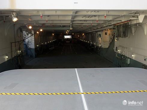Vận thang độc đáo trên tàu đổ bộ JSDS Shimokita (LST-4002) của Hải quân Nhật Bản - ảnh 13
