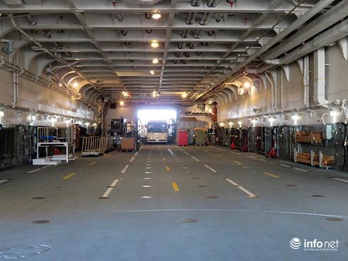 Vận thang độc đáo trên tàu đổ bộ JSDS Shimokita (LST-4002) của Hải quân Nhật Bản - ảnh 16