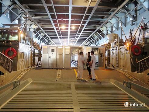 Vận thang độc đáo trên tàu đổ bộ JSDS Shimokita (LST-4002) của Hải quân Nhật Bản - ảnh 17