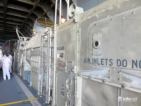 Vận thang độc đáo trên tàu đổ bộ JSDS Shimokita (LST-4002) của Hải quân Nhật Bản - ảnh 19