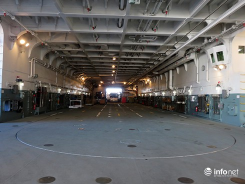 Vận thang độc đáo trên tàu đổ bộ JSDS Shimokita (LST-4002) của Hải quân Nhật Bản - ảnh 28