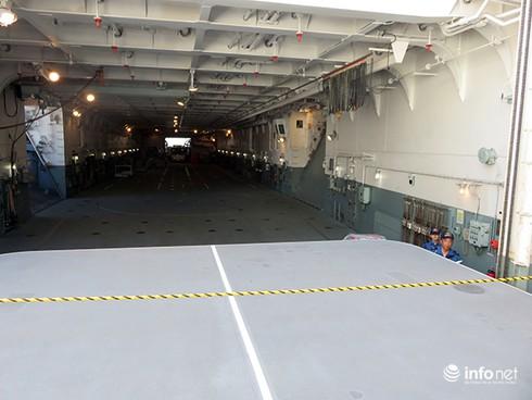 Vận thang độc đáo trên tàu đổ bộ JSDS Shimokita (LST-4002) của Hải quân Nhật Bản - ảnh 30