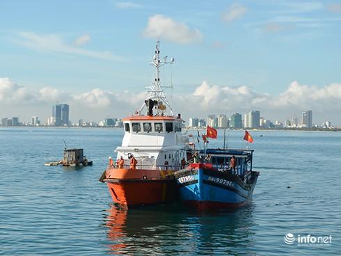 Cứu 6 ngư dân trên tàu sắp chìm tại vùng biển phía Tây Hoàng Sa - ảnh 1