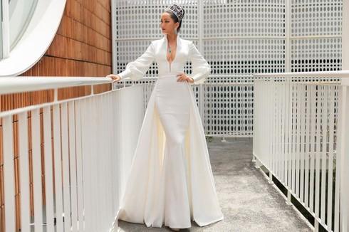 Chỉ trong vòng hai ngày, H'Hen niê đã bị dính phốt tới hai chiếc váy. Trước đó một ngày, bộ cánh trắng diện trong ngày sơ tuyển Hoa hậu Hoàn vũ Việt Nam 2019 cũng bị cho là hàng nhái.