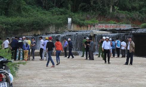 Tặng bằng khen cho 2 sinh viên cứu người đuối nước - ảnh 1