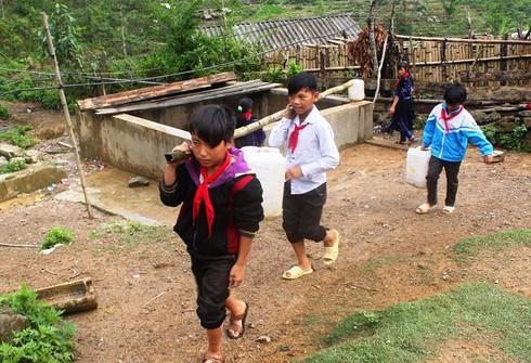 Nỗi ám ảnh thiếu nước mùa khô của trò nghèo vùng cao Tủa Chùa - ảnh 1