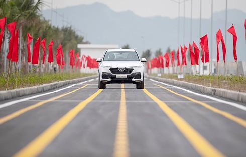VinFast hoàn thành sản xuất ô tô đầu tiên, Lux SA 2.0 đã lăn bánh thử nghiệm tại Việt Nam - ảnh 4