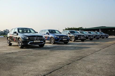 Trải nghiệm lái 30 chiếc xe Mercedes-Benz trên đường băng sân bay Gia Lâm - ảnh 2