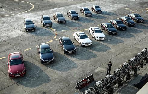 Trải nghiệm lái 30 chiếc xe Mercedes-Benz trên đường băng sân bay Gia Lâm - ảnh 1
