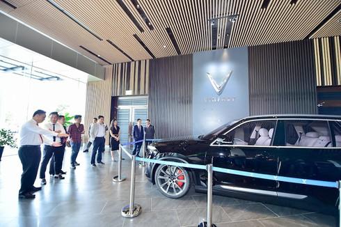 VinFast giao bộ đôi xe Lux, khách hàng lần đầu được