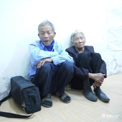 Hai vợ chồng già 16 năm ngủ ngoài đường vẫn ham làm từ thiện - ảnh 1
