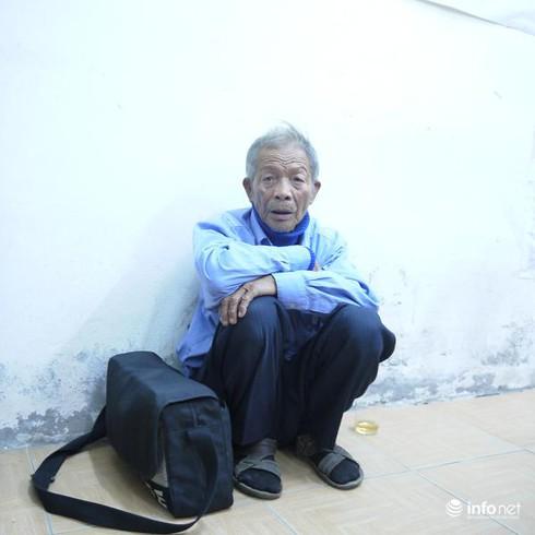 Hai vợ chồng già 16 năm ngủ ngoài đường vẫn ham làm từ thiện - ảnh 2