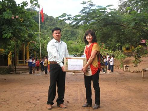 Cô giáo chuyên tặng sách cho học sinh nghèo - ảnh 1