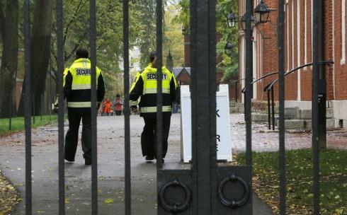 Hàng trăm sinh viên châu Á theo học tại Đại học Harvard 'bị dọa giết' - ảnh 1