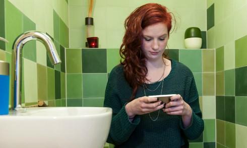 Mang điện thoại vào nhà vệ sinh tiếp tay cho vi khuẩn chết người - ảnh 1