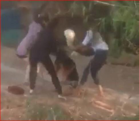 Thanh Hóa: Nữ sinh bị đánh hội đồng, lột áo giữa đường - ảnh 1