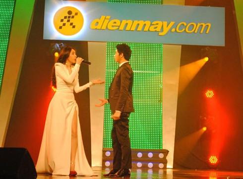 Váy xẻ cao, Thủy Tiên đọ vẻ sexy cùng Thu Minh