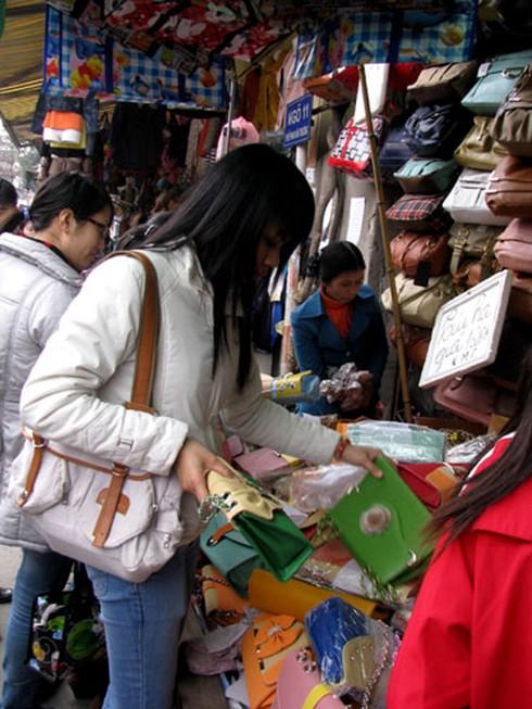 Phố cổ nhộn nhịp người mua sắm Tết