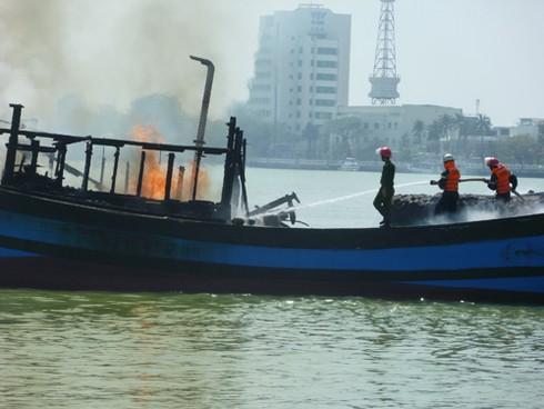Đà Nẵng: Hỗ trợ tàu cá bị cháy trên sông Hàn 200 triệu đồng