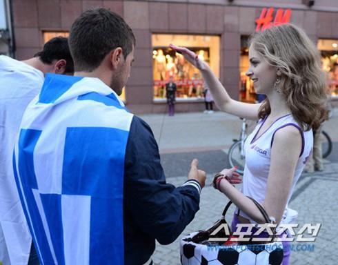 Vẻ đẹp trong sáng của cô gái bán đồ lưu niệm ở Ba Lan
