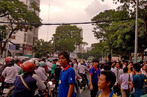 TP.HCM: Sĩ tử, người dân mướt mồ hôi trở về