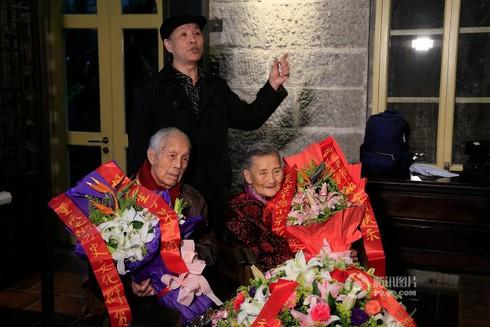 Cảm động đôi vợ chồng già chụp lại ảnh cưới sau 70 năm ở cùng địa điểm - ảnh 4
