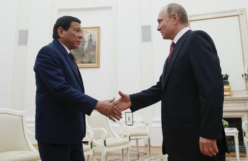 Đến Nga, Tổng thống Duterte lập tức đề nghị mua vũ khí - ảnh 1