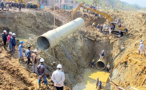 Ống nước sạch sông Đà bị nghi ngờ gây hại sức khỏe - ảnh 1