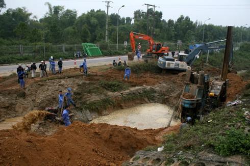 Vỡ ống nước sạch sông Đà lần thứ 7, người dân lại bị mất nước - ảnh 1