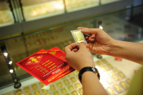 Giá vàng hôm nay 19/4 rớt giá, đắt hơn thế giới 90.000 đồng/lượng - ảnh 1