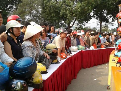Hàng trăm người xếp hàng đội nắng đổi mũ bảo hiểm - ảnh 1