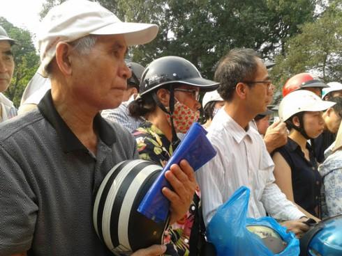 Hàng trăm người xếp hàng đội nắng đổi mũ bảo hiểm - ảnh 2
