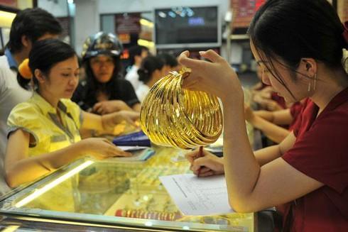 Vì sao vàng thế giới đội giá, vàng trong nước đứng im? - ảnh 1